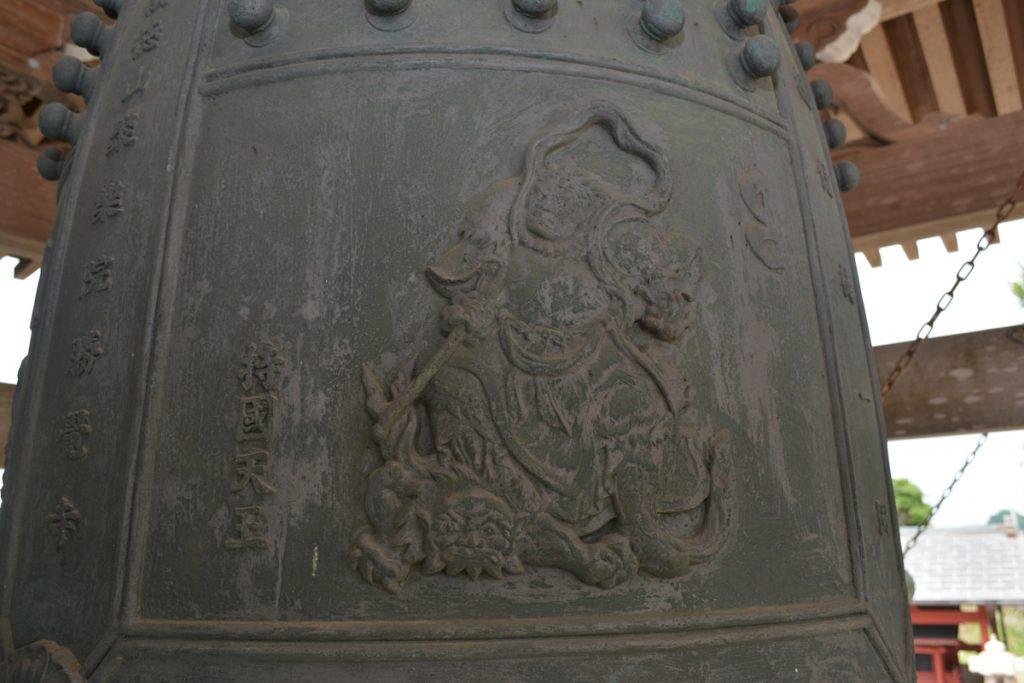梵鐘に刻まれている東方守護神の「持国天」(じこくくてん)